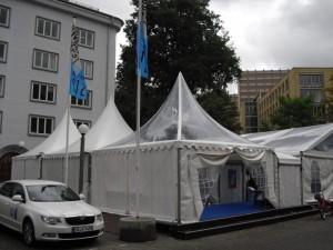 Das Festival-Zelt – wegen einer vorübergehenden Wettereintrübung gerade menschenleer…